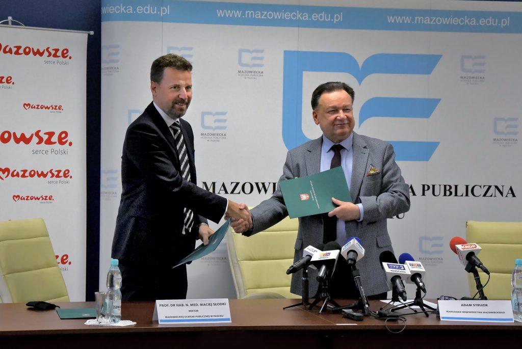 Zdjęcie Rektora Macieja Słodkiego i Marszałka Adama Struzika podczas wzajemnego uścisku dłoni.