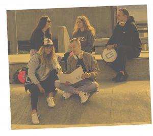 Zdjęcie przedstawiające grupę studentów