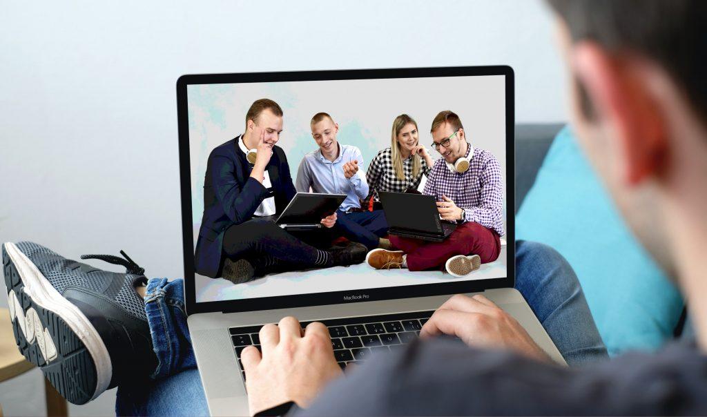 studenci informatyki w laptopie