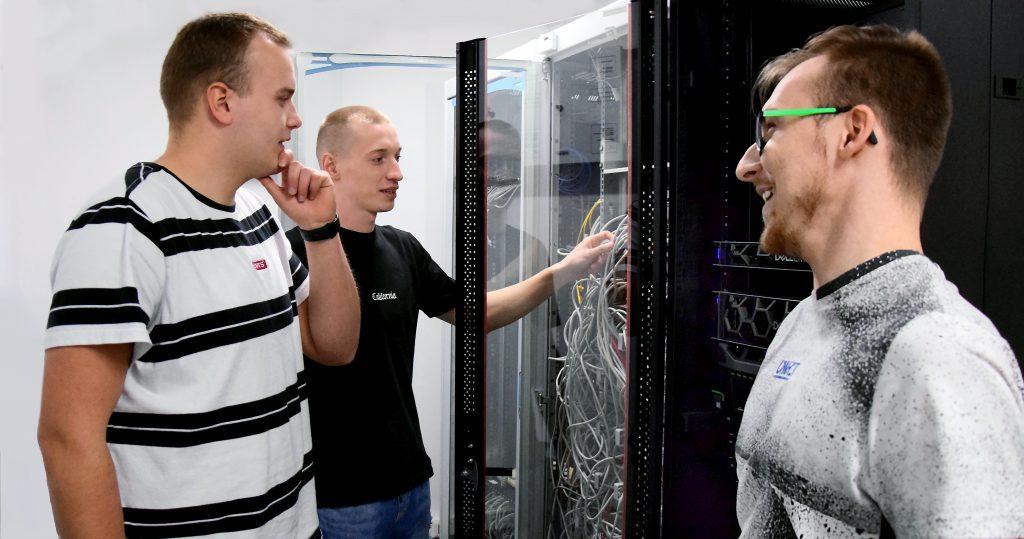 Fotografia studentów Uczelni podczas konserwacji serwera sieciowego