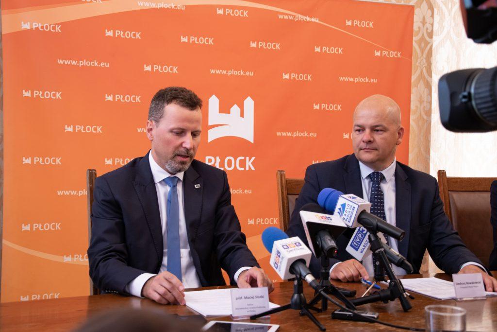 Widoczni na zdjęciu uczestnicy konferencji prasowej grant na start czyli Prezydent Miasta Płocka oraz Rektor Maciej Słodki
