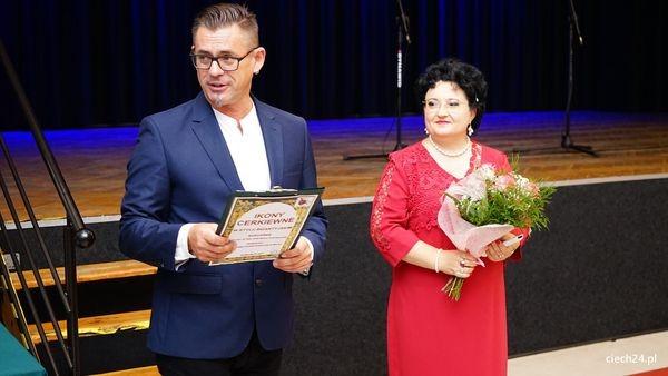Zdjęcie z wręczenia kwiatów i certyfikaty profesor Zofii Kuźniewskiej